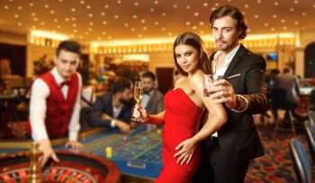 Ihmisiä kasinolla
